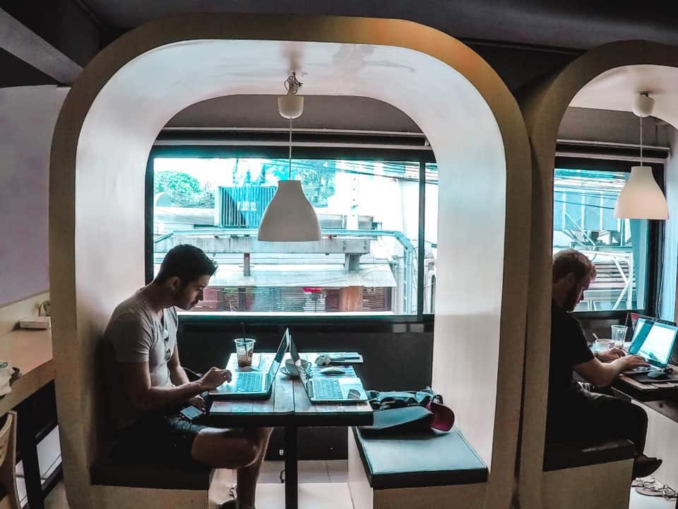Nomada digital trabajando en un coworking