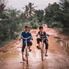 Enfants rentrant de l'école, ils s'amusent à nous claquer dans les mains en passant à bicyclette pour nous saluer.
