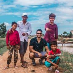 L'un des endroits à visiter à Kampot est une caverne. Ces enfants proposent une petite visite guidée des chemins alentours et expliquent l'histoire de ce lieu.